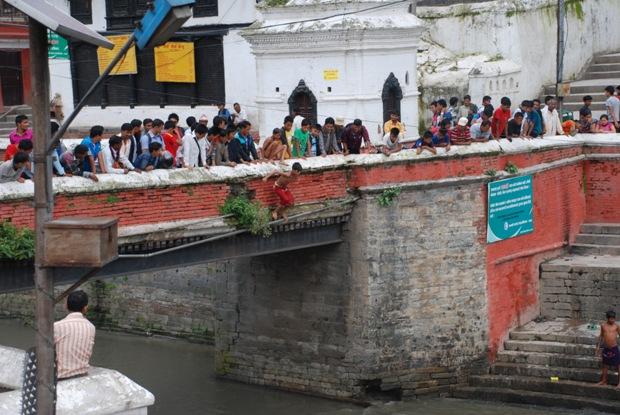 Un ragazzino si tuffa nel fiume Bagmati. Tempio di Pashputinath, Kathmandu.