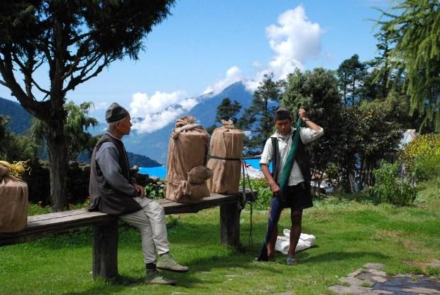 Gli sherpa preparano le forme di formaggio da distribuire nei villaggi