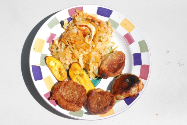 Frittelle accompagnate da platani e verdure